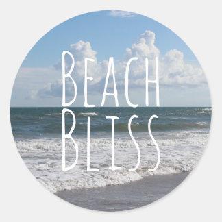 """Pegatina Redonda """"Cielo azul de la dicha de la playa"""", nubes gordas"""