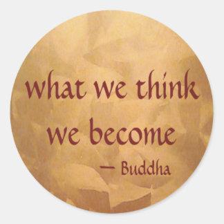 Pegatina Redonda Cita de Buda; Qué pensamos nos convertimos