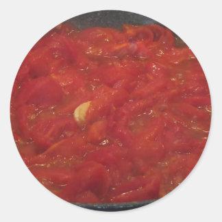 Pegatina Redonda Cocinar la salsa de tomate hecha en casa usando