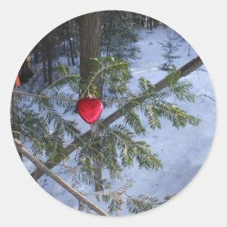 Pegatina Redonda Decoración roja del corazón en rama del pino