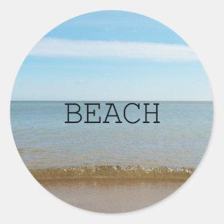 Pegatina Redonda Dicha hermosa de la playa con la onda apacible