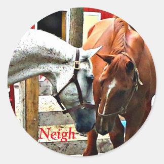 Pegatina Redonda Dos caballos que hacen a amigos