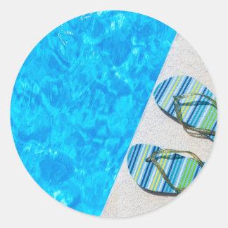 Pegatina Redonda Dos deslizadores de baño en el borde de la piscina