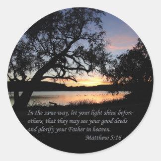 Pegatina Redonda El 5:16 de Matthew dejó su brillo ligero…