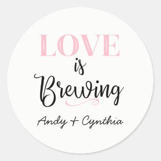 Pegatina Redonda El amor está elaborando cerveza a los pegatinas