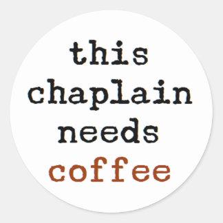 Pegatina Redonda el capellán necesita el café