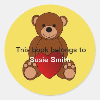 """Pegatina Redonda El oso de peluche """"este libro pertenece"""" al"""