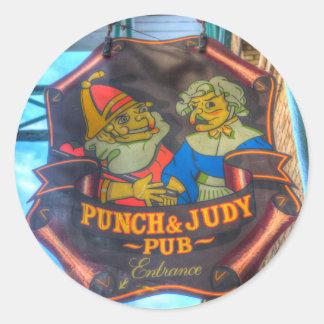 Pegatina Redonda El sacador y la muestra del Pub de Judy