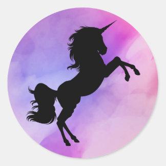 Pegatina Redonda El unicornio diseñó a los pegatinas púrpuras