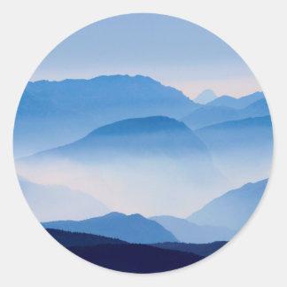 Pegatina Redonda Escena azul del paisaje de las montañas