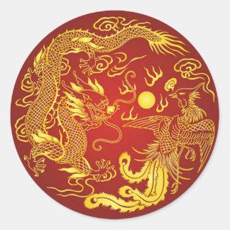 Pegatina Redonda Favor chino del boda de Phoenix del dragón rojo