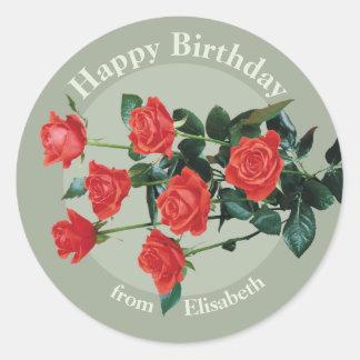 Pegatina Redonda Feliz cumpleaños de los rosas rojos de Elisabeth