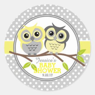 Pegatina Redonda Fiesta de bienvenida al bebé adorable de los búhos