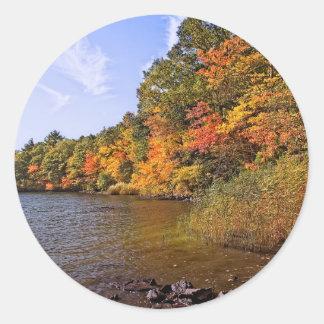 Pegatina Redonda Follaje de otoño en la charca del punto