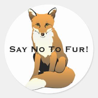 Pegatina Redonda Fox lindo del dibujo animado que se sienta en la
