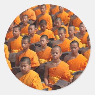 Pegatina Redonda Grupo grande de monjes Meditating