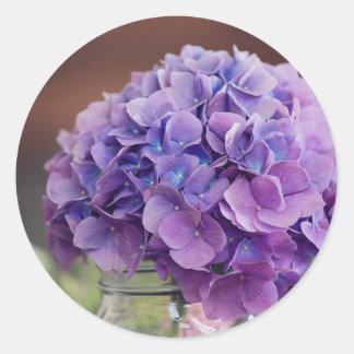 Pegatina Redonda Hydrangea púrpura en fotografía del tarro de