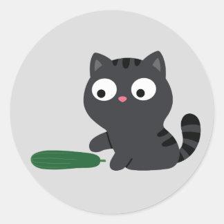 Pegatina Redonda Ilustracion del gatito y del pepino