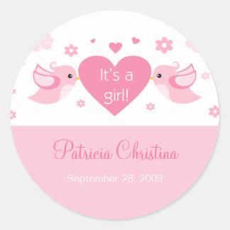 Pegatina Redonda Invitación rosada del nacimiento del bebé de los