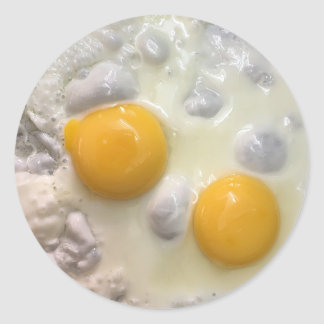 Pegatina Redonda Lado soleado de los huevos fritos encima de los