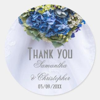 Pegatina Redonda Las flores azules y blancas y el vestido de boda