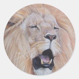 Pegatina Redonda león que ruge arte del realista de la fauna del