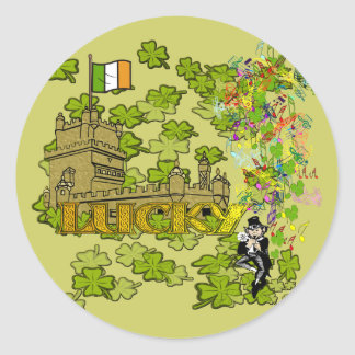 Pegatina Redonda Leprechaun afortunado y su castillo irlandés