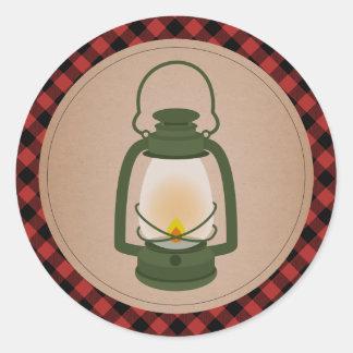 Pegatina Redonda Linterna que acampa verde de la tela escocesa