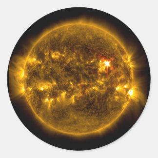 Pegatina Redonda Llamaradas solares en el espacio exterior de Sun