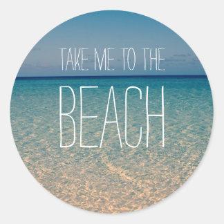Pegatina Redonda Lléveme a la arena del cielo azul del verano del