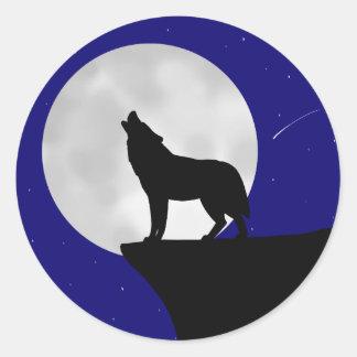 Pegatina Redonda Lobo que grita en la luna