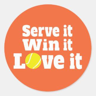 Pegatina Redonda Los deportes del tenis le sirven triunfo él amor
