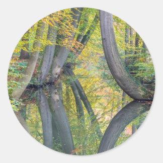 Pegatina Redonda Los troncos de árbol de la caída con la reflexión