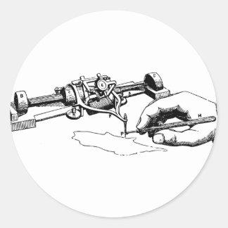 Pegatina Redonda Mano que repara el viejo dispositivo