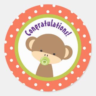 Pegatina Redonda Mono del bebé de Brown con enhorabuena del