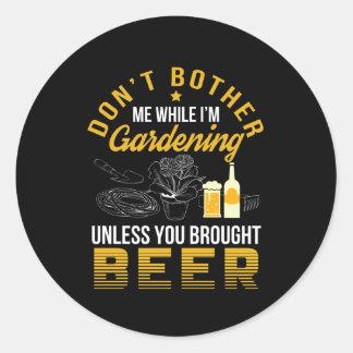 Pegatina Redonda No moleste el jardín a menos que cerveza traída