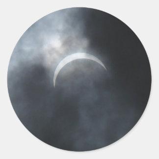 Pegatina Redonda Nubes de tormenta fantasmagóricas del eclipse 2017