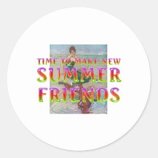 Pegatina Redonda Nuevos amigos del verano de la CAMISETA
