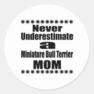 Pegatina Redonda Nunca subestime a la mamá miniatura de bull