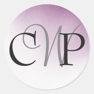 Pegatina Redonda Pegatinas púrpuras del monograma del boda de Ombre
