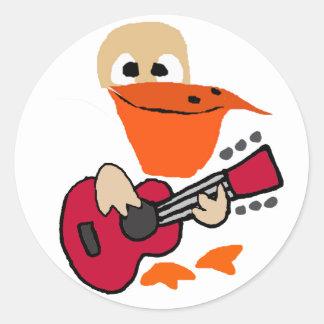 Pegatina Redonda Pelícano divertido que juega arte de la guitarra
