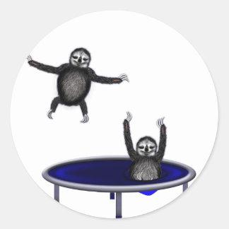 Pegatina Redonda perezas trampolining