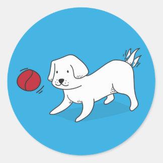 Pegatina Redonda Perro que juega con una bola