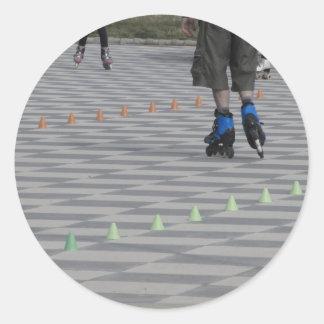 Pegatina Redonda Piernas del individuo en patines en línea.