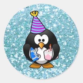 Pegatina Redonda Pingüino lindo del feliz cumpleaños con el