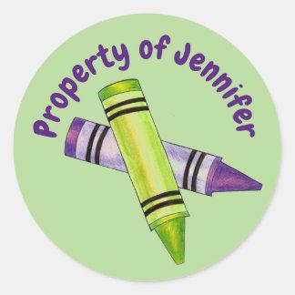 Pegatina Redonda Propiedad del creyón púrpura verde personalizado