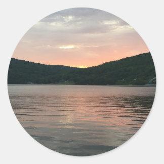 Pegatina Redonda Puesta del sol en el agua