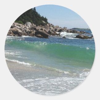 Pegatina Redonda resaca rocosa del océano de la costa costa