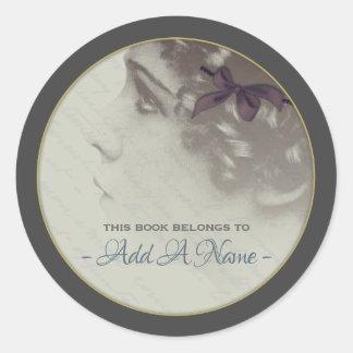 Pegatina Redonda Retrato romántico del vintage de un Bookplate del