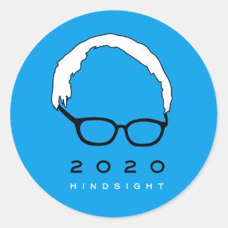 Pegatina Redonda Retrospección 2020 de las chorreadoras de Bernie